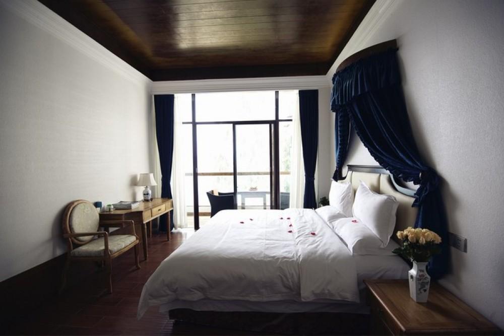 在网上纠结了很久,最终选择了这家。订的是舒适海景大床房。并不在酒店的主楼,而是在另外一栋的三号楼。比较幸运的是安排了三楼最靠洱海的房间,虽然不是正对着海景,风景也很好。环境也挺清静。房间相当宽阔,阳台还有专门晒衣服的架子,总体的设计是很合理和舒适的。在院子或者大堂里面坐着,都会有服务员主动来送茶。红茶很好喝哦,走的时候还捎上了两盒。有一点特别要说,第二天退房姐姐要换到前面一点的酒店,步行要个十分钟吧,问可不可以找人帮忙把行李提过去,结果前台的服务生还帮我们叫了车,并且由酒店承担了车费。这一点让我们都觉得服