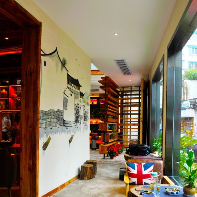客栈一层有咖啡吧,书吧,茶室,户外花园庭院,安静,优雅的环境,是您发